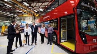 Theresa May Primera Ministra del Reino Unido con la flota de autobuses doble piso de MB fabricada especialmente para Línea 7 Reforma
